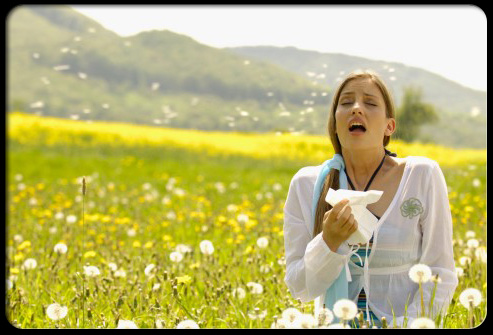 allergy_triggers_women_sneezing_in_flowering_meadow_s1